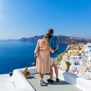 romantic-holida-greece-couple-santorini